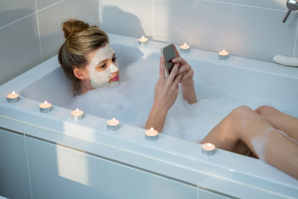 15-Year-old died, apparently by a cell phone in the bathtub